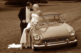 070_kiss_by_the_car
